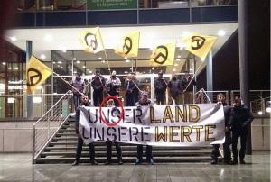 Markovics (eingringelt) bei der Besetzung des sächsischen Landtags bei einer Pegida-Demonstration in Dresden im Januar 2015 (Screenshot)